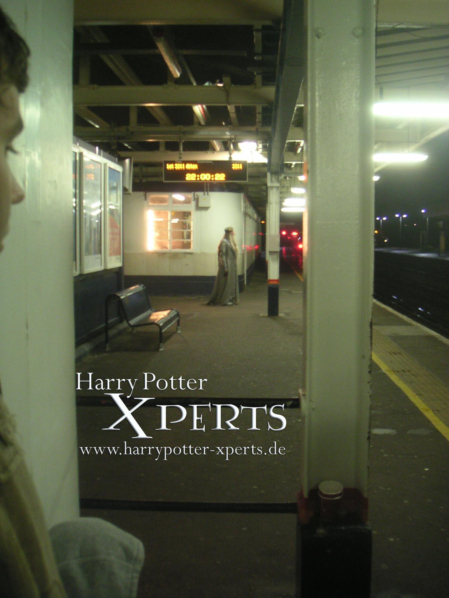 Dumbledore... ¿esperando el tren?