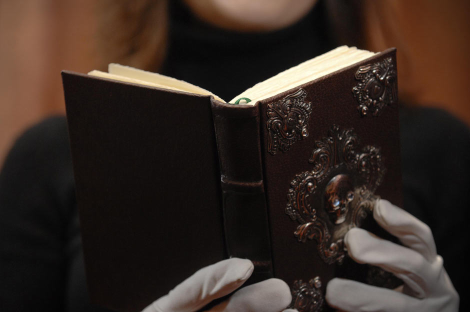 The Tales of Beedle the Bard leido por una dama