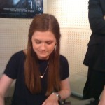 Bonnie Wright firmando autógrafos en París
