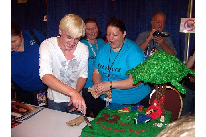 Tom Felton cortando un pastel