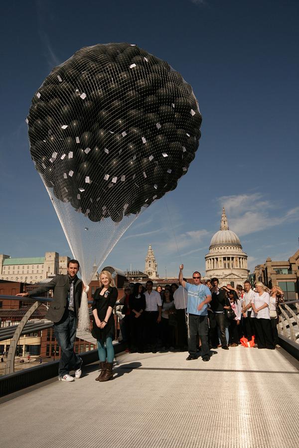 Evanna Lynch y Matt Lewis soltando los globos