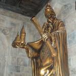 estatua en la entrada