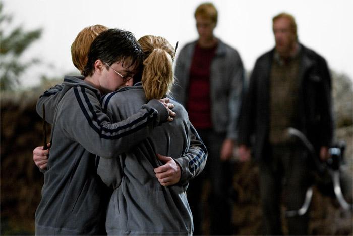 Harry abrazando a sus amigos