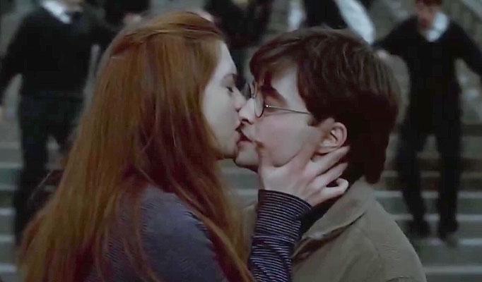Ginny Weasley y Harry Potter besándose